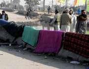 راولپنڈی: دھرنے کے شرکاء نے بستر دھوپ میں خشک کرنے کے لیے بچھا رکھے ..