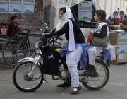لاہور: ایک طالبہ اپن چھوٹی بہن کے ہمراہ سکول سے چھٹی کے بعد موٹر سائیکل ..