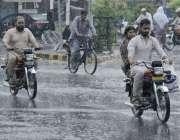 لاہور: صوبائی دارالحکومت میں دوپہر کے وقت ہونیوالی بارش کے د وران شہری ..
