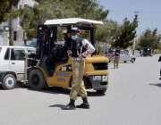 کوئٹہ: زرغون روڈ پر ٹریفک اہلکار غلط پارک کی گئی گاڑی لفٹر کے ذریعے ..