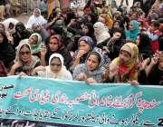 حیدر آباد: لیڈی ہیلتھ ورکر تنخواہیں اور بقایا جات نہ ملنے کے خلاف احتجاجی ..