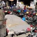 راولپنڈی راجہ بازار میں تجاوزات کے باعث پیدل چلنے والوں کو مشکلات کا سامنا رہتا ہے۔