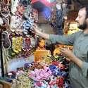پشاور: دکاندار گاہکوں کو متوجہ کرنے کے لیے بچوں کے جوتے سجا رہا ہے۔