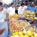 لاہور: چیئرمین پرائس کنٹرول کمیٹی میاں عثمان دروغہ والا کی اوپن مارکیٹوں کے دورہ کے موقع پر گرانفروشی پر پھل فروش کی سرزنش کر رہے ہیں۔