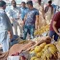 لاہور: چیئرمین پرائس کنٹرول کمیٹی میاں عثمان علامہ اقبال ٹاؤن کریم بلاک کی اوپن مارکیٹوں کے دورہ کے موقع پر پھل فروش سے قیمتوں بارے پوچھ رہے ہیں۔