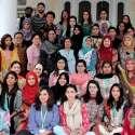 راولپنڈی: مقامی یونیورسٹی میں منعقدہ سیمینار کے اختتام پر شرکاء کا انڈونیشنین سفیر کی اہلیہ رتاامری اور وائس چانسلر کے ہمراہ گروپ فوٹو۔
