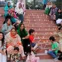 راولپنڈی: مسلم لیگی خواتین یوم پاکستان کے حوالے سے پریس کلب کے باہر شمعیں روشن کر رہی ہیں۔