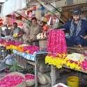 لاہور: دکاندار پھولوں کی پتیاں اور ہار فروخت کے لیے گاہکوں کے منتظر ہیں۔