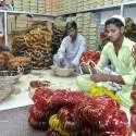 حیدر آباد: مزدور چوڑیاں مارکیٹ میں سپلائی کے لیے پیک کر رہے ہیں۔