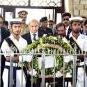 کراچی: نگران وزیراعظم جسٹس (ر) ناصر الملک مزار قائد پر پھولوں کا گلدستہ رکھ رہے ہیں۔