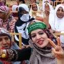 کراچی: مسلم لیگ (ن) کے جلسے میں شریک خواتین وکٹری کا نشان بنائے کھڑی ہیں۔