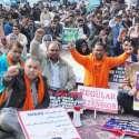 لاہور: سکول ہیلتھ نیوٹریشن سپروائزر کے مال روڈ پر جاری دھرنے میں شریک ملازمین نعرے لگا رہے ہیں۔