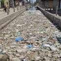 فیصل آباد:کچرے کی وجہ سے نالے کا پانی رکا ہوا ہے، متعلقہ ادارے کی توجہ کی ضرورت ہے۔