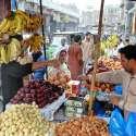 ملتان: شہری فروٹ مارکیٹ سے مختلف فروٹ خرید رہے ہیں۔