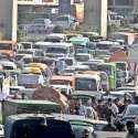 راولپنڈی: زیر نظر تصیور مری روڈ کی ہے جہاں ٹریفک جام رہنا معمومل بن گیا۔ وارڈن بھی ٹریفک کنٹرول کرنے میں ناکام دکھائی دیتے ہیں۔ مری روڈ پر ٹریفک کا بہاؤ بہتر بنانے کے لیے لنک روڈ اور بائی پاس کی تعمیر ناگزیر ہو گئی ہے۔