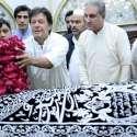 لاہور: تحریک انصاف کے چیئرمین عمران خان داتا دربار پر حاضری کے موقع پر پھولوں کی چادر چڑھا رہے ہیں۔