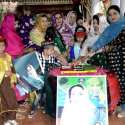 کوئٹہ: پیپلز پارٹی بلوچستان خواتین ونگ کی صدر غزالہ گولہ، زرینہ زہری، نوشین پطرس اور کلثوم افتخار بینظیر بھٹوشہید کی سالگرہ کا کیک کاٹ رہی ہیں۔