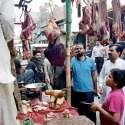 لاہور: چیئرمین پرائس کنٹرول کمیٹی میاں عثمان باغبانپورہ کی اوپن مارکیٹوں کے دورہ کے موقع پر گوشت کو ڈھانپ کے نہ رکھنے پر دکاندار کی سرزنش کر رہے ہیں۔