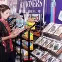 لاہور: ایکسپو سنٹر میں میگا پاکستان پیپر اینڈ سٹیشنری شو میں ایک خاتون سٹال پر رکھی گئی اشیاء دیکھ رہی ہے۔