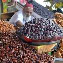 حیدر آباد: معمر دکاندار فروخت کے لیے مختلف اقسام کی کھجوریں سجا رہا ہے۔