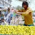 لاہور: ریڑھی بان لیمن کو تازہ رکھنے کے لیے پانی کا چھڑکاؤ کررہا ہے۔