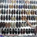 حیدر آباد: دکاندار جوتے فروخت کے لیے سجا رہا ہے۔