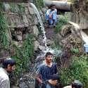 اسلام آباد: نوجوان گرمی کی شدت سے بچنے کے لیے پائپ سے نکلنے والے پانی میں نہا رہے ہیں۔