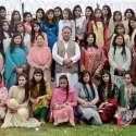 راولپنڈی: رحمت آباد گورنمنٹ ڈگری کالج فار ویمن میں مینا بازار کے موقع پر ڈپٹی ڈائریکٹر احمد ستی پرنسپل فرح دیبا، ارشد اور گلنار قدوس کے ہمراہ طلبات کا گروپ فوٹو۔