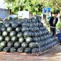 اسلام آباد: ایک محنت کش سڑک کنارے تربوز کا سٹال لگائے گاہکوں کا منتظر ہے۔