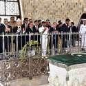 کراچی: نگران وزیراعظم جسٹس (ر) ناصر الملک مزار قائد پر حاضری کے بعد پر فاتحہ خوانی کر رہے ہیں۔
