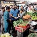 لاہور: چیئرمین پرائس کنٹرول کمیٹی میاں عثمان باغبانپورہ کی اوپن مارکیٹوں کے دورہ کے موقع پر سبزی کی دکان پر ریٹ لسٹ چیک کر رہے ہیں۔