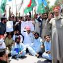 پشاور: مہمند سیاسی اتحاد کے زیر اتہم مظاہرین ڈی سی مہمند کے خلاف الیکشن کمیشن کے آفس کے سامنے احتجاجی مظاہرہ کر رہے ہیں۔