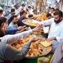 سیالکوٹ: شہریوں کی بڑی تعداد افطاری کے لیے مختلف اشیاء خریدنے میں مصروف ہے۔