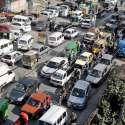 راولپنڈی: ٹریفک پولیس کی نااہلی کے باعث راجہ بازار میں ٹریفک جام کا منظر۔