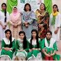 راولپنڈی: مقامی کالج میں لوگ گیتوں کے مقابلوں میں شریک طالبات کا پرنسپل کے ہمراہ گروپ فوٹو۔