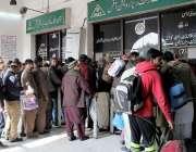 لاہور: ریلوے اسٹیشن پر مسافر ٹکٹیں خریدنے کے لیے قطار میں کھڑے ہیں۔