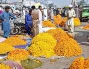 لاہور: سگیاں پل کے قریب واقع پھول منڈی میں فروخت کے لیے رکھے گئے پھول۔