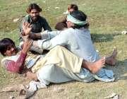 """فیصل آباد: نوجوان اپنے مہارت """"زور آزمائی"""" کا مظاہرہ کررہے ہیں۔"""