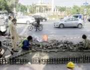 لاہور: سیف سٹیز پراجیکٹ کے تحت کیبل بچھانے کے بعد مال روڈ کے فٹ پاتھ ..