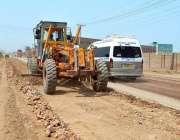 ملتان: شجاع آباد روڈ پر جاری تعمیراتی کام کا منظر۔