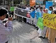 راولپنڈی: ڈھوک چوہدریاں کے رہائشی پانی کی بندش کے خلاف واسا آفس کے باہر ..