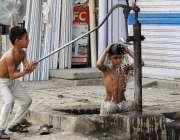 ملتان: گرمی کی شدت کم کرنے کے لیے بچے ہینڈ پمپ کے نیچے ایک دوسرے کو نہلا ..