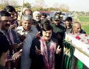 اٹک: وفاقی وزیر برائے پارلیمانی امور شیخ آفتاب احمد پسوال گاؤں کو سوئی ..