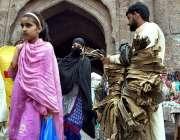 لاہور: شہر کے تاریخی دیلی گیٹ کے باہر ایک محنت کش داتن فروخت کر رہا ہے۔