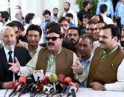 اسلام آباد: عوامی مسلم لیگ کے سربراہ شیخ رشید احمد سپریم کورٹ کے باہر ..