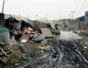 لاہور: کرول گھاٹی کے قریب واقع خانہ بدوشوں کی بستی میں گندگی کا منظر۔