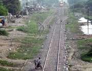 فیصل آباد: موٹر سائیکل سوار خطرناک انداز سے ریلوے ٹریک کراس کر رہا ہے ..