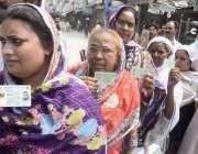 لاہور: عام انتخابات 2018  جلو موڑ کے علاقہ میں پولنگ اسٹیشن کے باہر خواتین ..