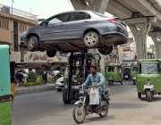 راولپنڈی: ٹریفک وارڈن نو پارکنگ میں کھڑی کار کو لفٹر کے ذریعے اٹھا کر ..