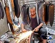 راولپنڈی: عزاداروں کی زنجیر زنی کے لیے استعمال ہونیوالی چھریاں تیز ..